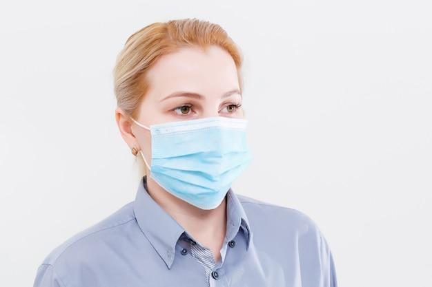 Zakenvrouw met beschermend masker op haar lippen