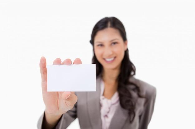Zakenvrouw met blanco visitekaartje