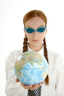 Zakenvrouw met bril en wereldkaart