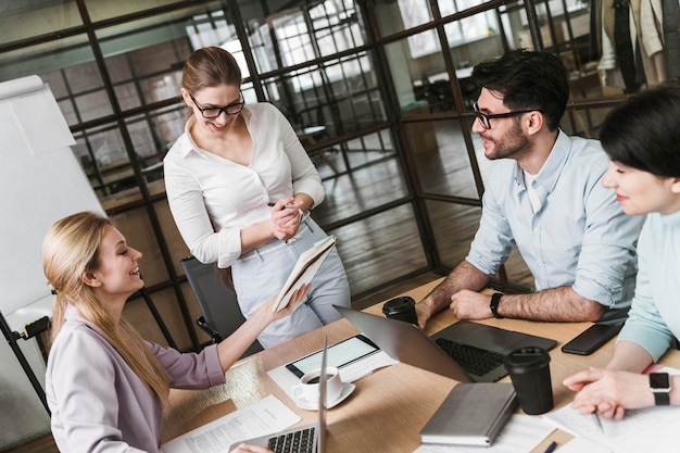 Zakenvrouw met bril tijdens een professionele ontmoeting met haar collega's