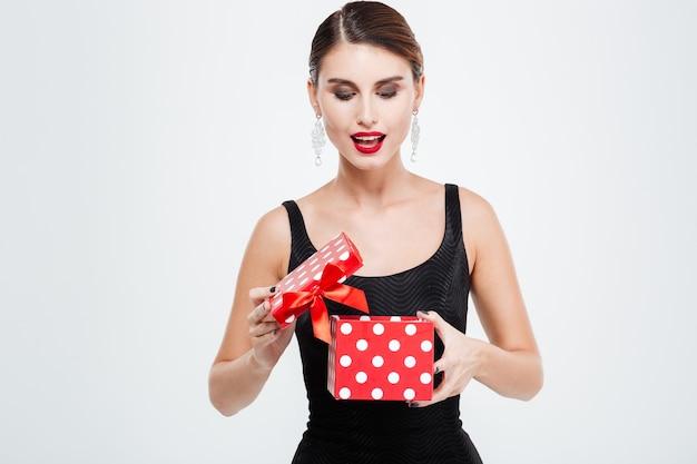 Zakenvrouw met cadeau. witte achtergrond