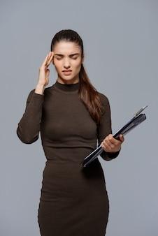 Zakenvrouw met documenten hebben hoofdpijn