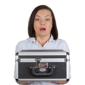 Zakenvrouw met een aluminium aktetas met combinatieslot op een witte achtergrond