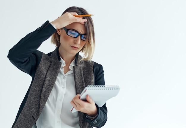 Zakenvrouw met een bril documenteert kladblok kantoor