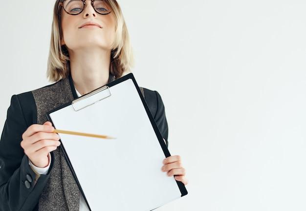 Zakenvrouw met een bril documenteert potlood professioneel zelfvertrouwen. hoge kwaliteit foto
