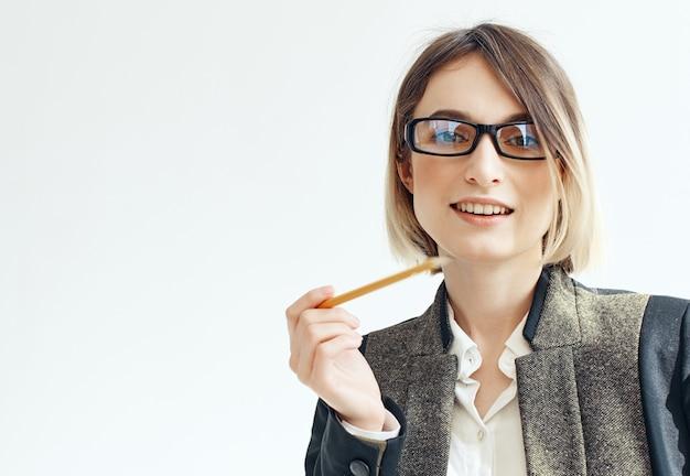 Zakenvrouw met een bril documenten potlood professioneel zelfvertrouwen