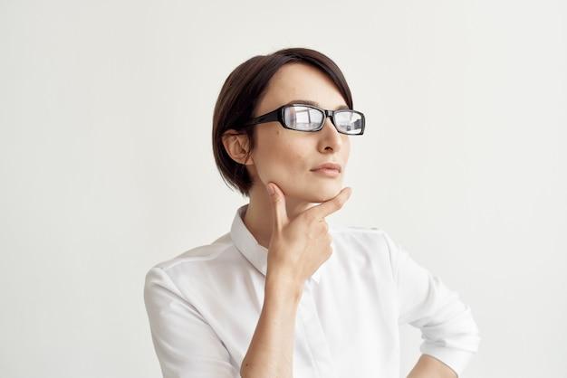 Zakenvrouw met een bril zelfvertrouwen lichte achtergrond