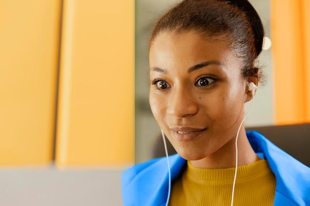 Zakenvrouw met een onlinevergadering