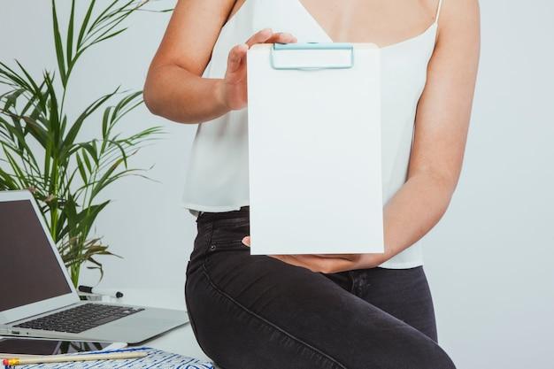 Zakenvrouw met een witte clipboard