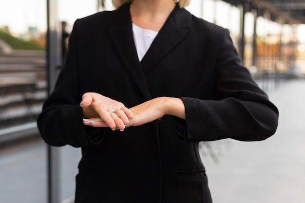 Zakenvrouw met gebarentaal buitenshuis op het werk
