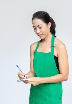 Zakenvrouw met groene schort lijst volgorde
