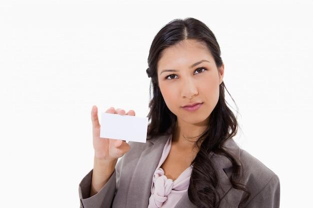 Zakenvrouw met haar blanco visitekaartje