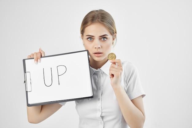 Zakenvrouw met inscriptie bitcoin cryptocurrency op papier omhoog