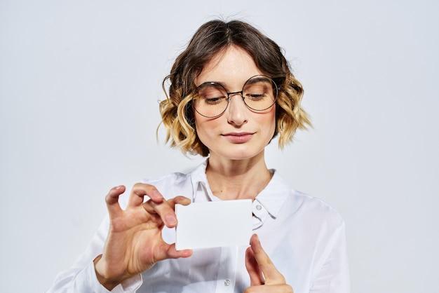 Zakenvrouw met kaart in hand lichte creditcardmodel.
