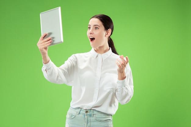 Zakenvrouw met laptop houdt van computerconcept