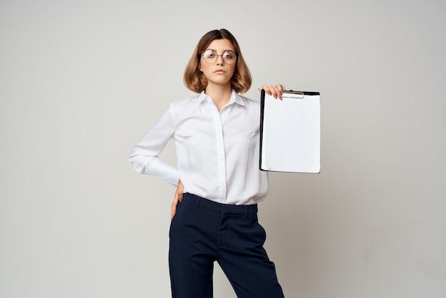 Zakenvrouw met map in handen kopieerruimte kantoor