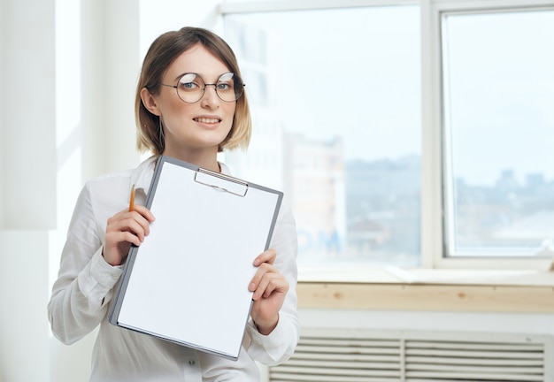Zakenvrouw met map secretariaat werken