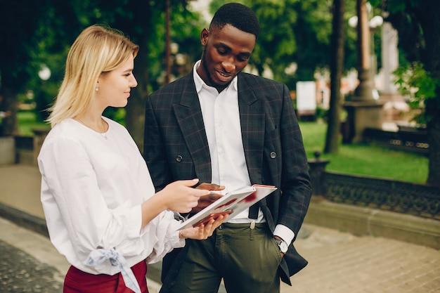 Zakenvrouw met partner in een stad
