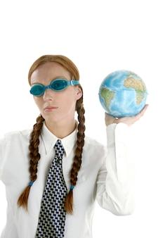 Zakenvrouw met zwembril en wereldkaart
