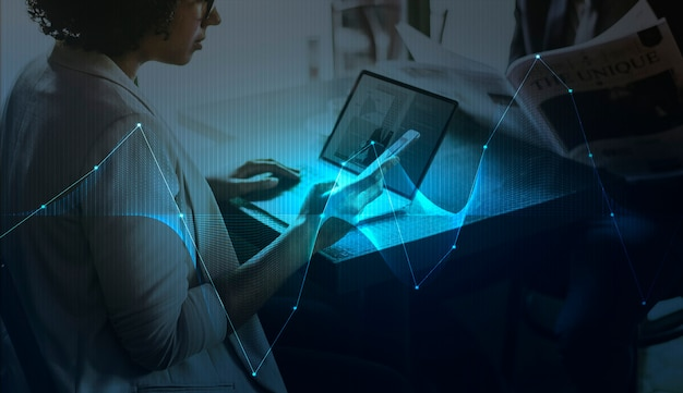 Zakenvrouw netwerken met behulp van digitale apparaten