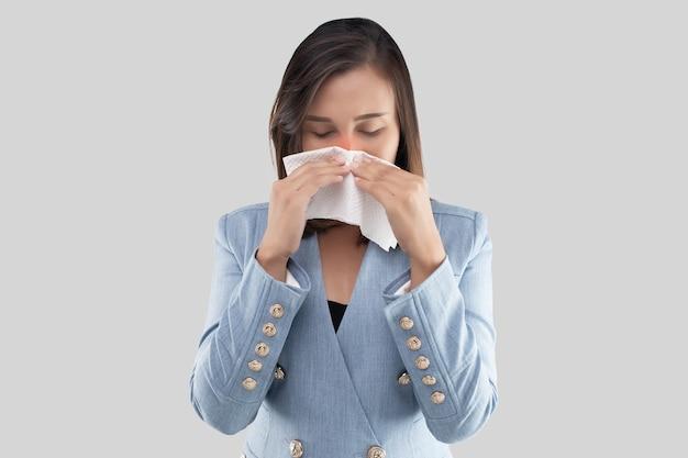 Zakenvrouw neus branderig gevoel vanwege het stof in de lucht