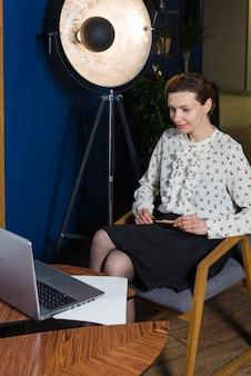 Zakenvrouw of journalist werken in moderne kantoren, typen op laptop
