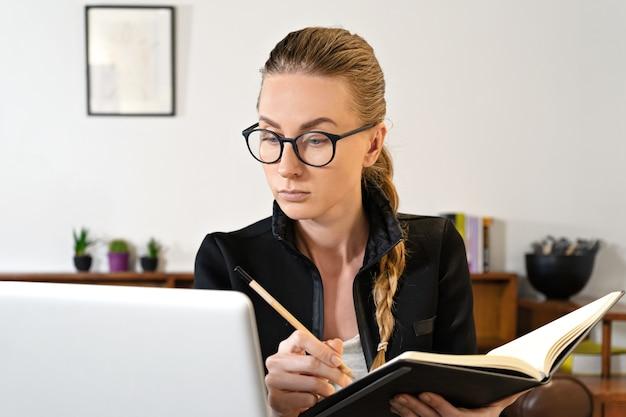 Zakenvrouw online werken of studeren onderwijs met behulp van laptop