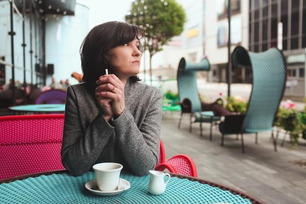 Zakenvrouw op het terras van een café