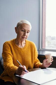 Zakenvrouw op het werk sociale afstand nemen