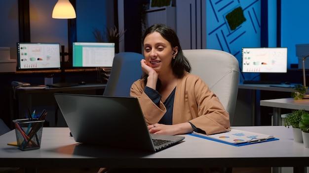 Zakenvrouw op zakelijke teamvergadering conferentie videogesprek online groet collega's op afstand