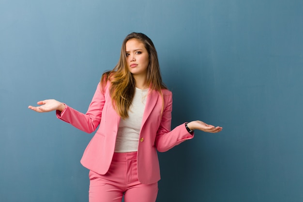 Zakenvrouw op zoek verbaasd, verward en gestrest, zich afvragend tussen verschillende opties, onzeker voelen