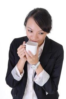 Zakenvrouw pauze met koffie, close-up portret op witte achtergrond.