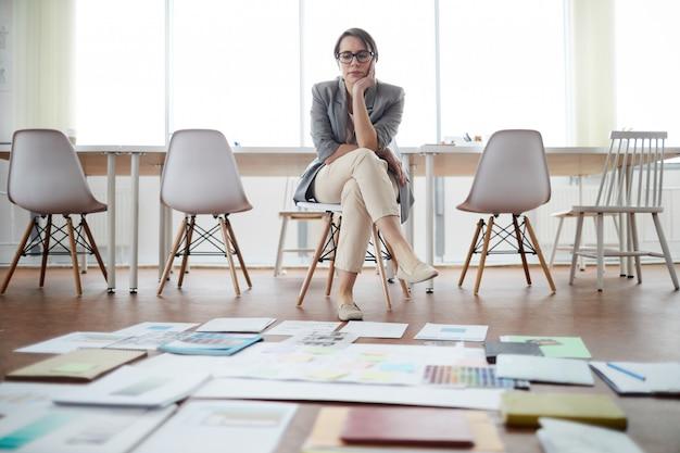 Zakenvrouw planning project in leeg kantoor