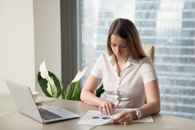 Zakenvrouw planning strategie voor bedrijf