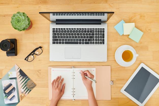 Zakenvrouw planning van werkzaamheden op kantoor