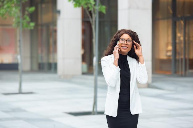 Zakenvrouw praten over de telefoon