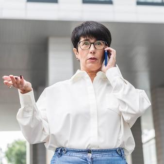 Zakenvrouw praten over haar lage mening van de telefoon
