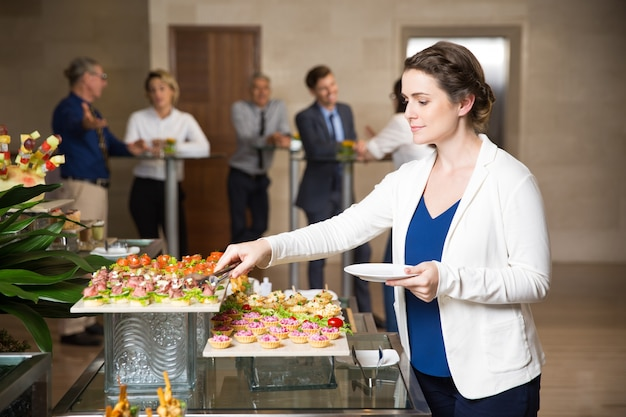 Zakenvrouw presenteren zichzelf in buffet restaurant