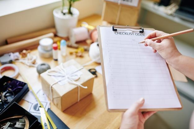 Zakenvrouw schrijven in checklist