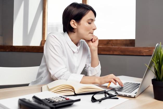 Zakenvrouw secretaresse bureau kantoor laptop communicatie