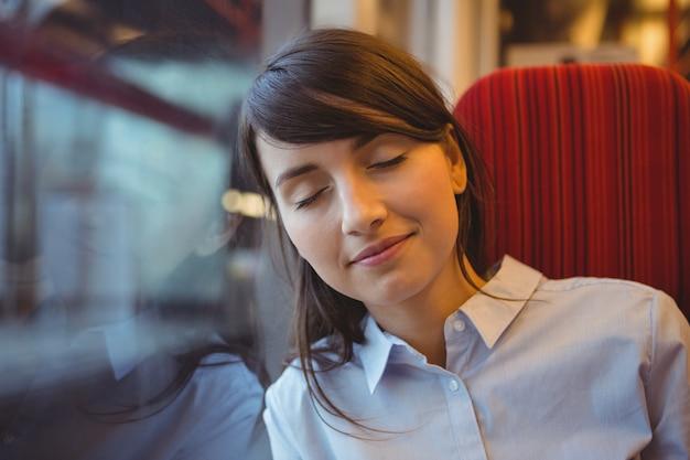Zakenvrouw slapen tijdens het reizen