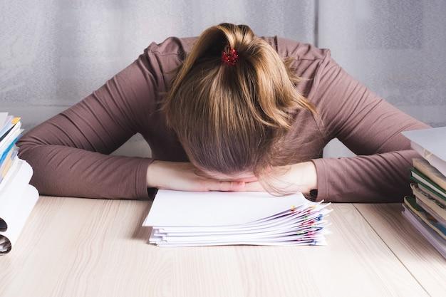Zakenvrouw stress voelen van het werk in het kantoor aan huis