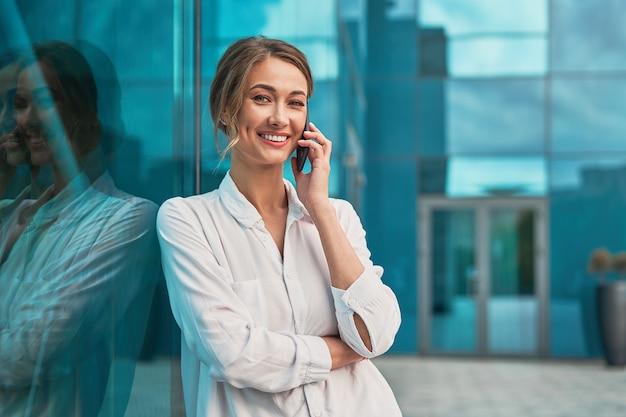 Zakenvrouw succesvolle vrouw bedrijfspersoon permanent buiten corporate gebouw buitenkant