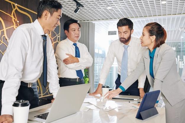 Zakenvrouw suggereert nieuwe bedrijfsstrategie