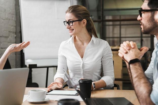 Zakenvrouw tijdens een professionele bijeenkomst met haar team Premium Foto