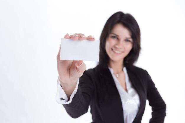 Zakenvrouw toont haar blanco visitekaartje. geïsoleerd op witte achtergrond