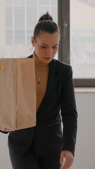 Zakenvrouw traplopen in opstarten bedrijf kantoor hoding afhaalmaaltijden maaltijdzak tijdens afhalen...