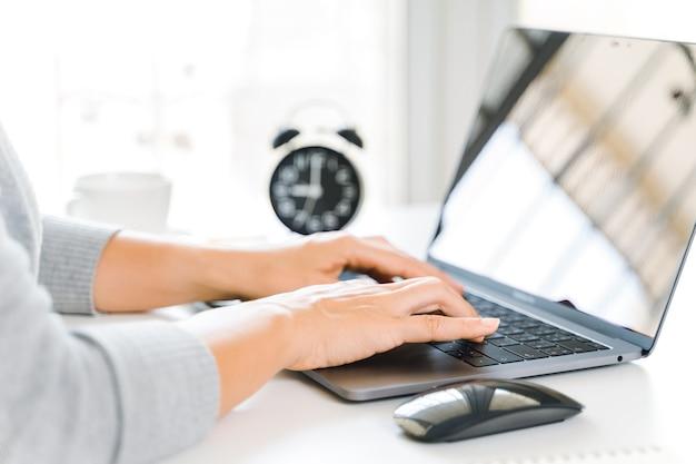 Zakenvrouw typen op laptop thuiskantoor of werkplek.