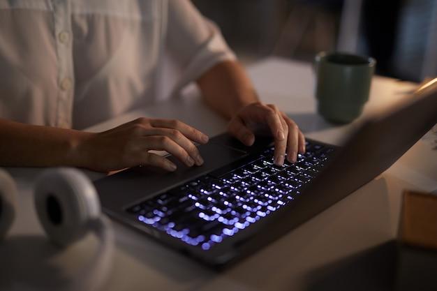 Zakenvrouw typen op laptop