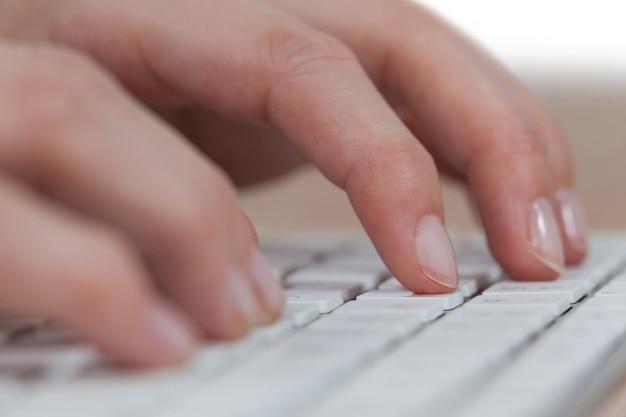 Zakenvrouw typen op toetsenbord